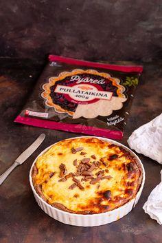 Myllyn Paras on tuonut markkinoille helppokäyttöisen pyöreän pullataikinan, jolla valmistat nopeasti herkulliset makeat leivonnaiset. Leivo perinteinen rahkapiirakka tai marjapiirakka tai kokeile tätä herkkuleivonnaista, jonka täytteestä löydät ihanan suklaayllätyksen. Camembert Cheese, Baking, Food, Fallow Deer, Bakken, Essen, Meals, Backen, Yemek