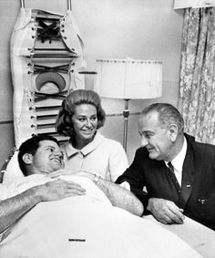 Edward Kennedy receives a visit from President Johnson while recovering from his accident, September Los Kennedy, Joan Bennett, Irish American, Jfk, The Life, Current Events, Royals, 1960s, Style