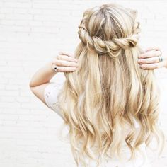 10 Classic Hairstyles Tutorials That Are Always In Style When growing up you'd probably worn numerous hairstyle ideas and until now that you're grown up you are still trying new hairdo. These classic hairstyles Messy Hairstyles, Pretty Hairstyles, Classic Hairstyles, Hairstyle Ideas, Dirndl Outfit, Twisted Hair, Good Hair Day, Hair Dos, Gorgeous Hair