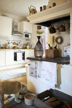 Suuri leivinuuni on keittiön lämmin sydän.   Unelmien Talo&Koti Kuva: Joonas Vuorinen Toimittaja: Hanna Sandström