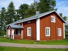 Lisää punaisia tupia... Wooden Buildings, Scandinavian Home, Country Living, Old Houses, Finland, Live, Country Life, Old Homes, Old Mansions