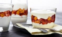 Eine cremige Quarkspeise mit Früchten als sommerliches Dessert