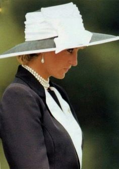 July 22, 1995; Bergen, Germany; Catherine Walker (designer).