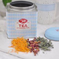 Trinkt ihr auch so gerne Tee?  Besonders im Herbst und Winter ist eine Tasse Tee um so gemütlicher!! Wir haben dieses Jahr auch wieder ein paar Blüten und Blätter getrocknet. Herrlich. Habt es fein heute!  #teatime #welovetea #herbs #tealover #teabreak