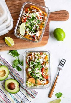 Cook up a batch of chicken fajita meal prep bowls to use throughout the week. The recipe comes together quickly and tastes delicious. Detox Recipes, Paleo Recipes, Lunch Recipes, Sushi, Fajita Bowls, Paleo Meal Prep, Meal Prep Bowls, Batch Cooking, Chicken Fajitas