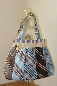 would love to do this with some of Daddy's old ties / necktie purse Necktie Purse, Necktie Quilt, Tie Crafts, Sewing Crafts, Old Ties, Diy Accessoires, Diy Purse, Fabric Bags, Upcycled Vintage