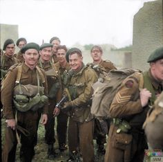 One we missed for yesterday. British 4 Commando, Special Service Brigade after landing on 'Queen Red' beach, Sword area and ready to advance into Ouistreham. Canadian Army, British Army, Military Photos, Military History, D Day Normandy, Normandy Ww2, British Commandos, Marine Commandos, Normandy Invasion