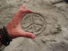 peace in the sand Hippie Love, Hippie Art, Peace On Earth, World Peace, Keep The Peace, Peace And Love, Feelin Groovy, Give Peace A Chance, Peace Art