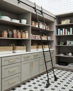 These clever kitchen pantry organization hacks will save your food from the deadline. Get some ideas for your pantry closet organization here. – Experience Of Pantrys The Design Files, Küchen Design, Layout Design, House Design, Design Ideas, Pantry Room, Pantry Storage, Kitchen Storage, Pantry Organization