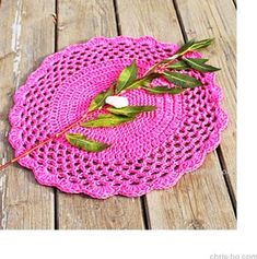 Heklet brikke (cerise) - Chris-Ho.com Crochet Hats, Rugs, Design, Home Decor, Knitting Hats, Farmhouse Rugs, Decoration Home, Room Decor