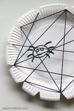 A Halloween, il est difficile de passer à côté des araignées ! Et donc, en plus d'en avoir fabriqué quelques unes dans du papier noir, on a aussi bricolé une toile d'araignée.Lire la suite...