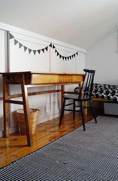 Lastenhuone. Vanha 50-luvun pulpetti ja pinnatuoli kuuluvat yhteen. Viirinauha on arkarreltu dc-fixistä.