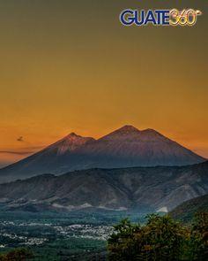 Volcanes de Fuego y Acatenango desde Earth Lodge.