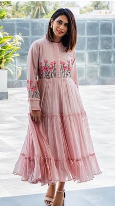 Latest Frock Designs For Girl 2020 - Stylish Frock Design For Girls Indian Designer Outfits, Indian Outfits, Designer Dresses, Robes Western, Western Dresses, Dress Neck Designs, Designs For Dresses, Designer Kurtis, Frock Fashion