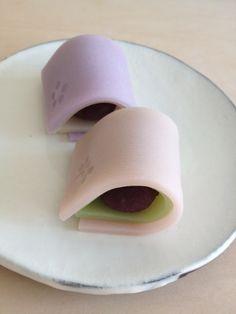 こなし製『ひなまつり』 「こなし」は練り切りに近いが小麦粉が入る。 おもたせ菓子研究室 季節菓子と和菓子教室