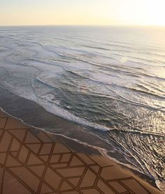 American sand artist Jim Denevan (born 1961) spends hours to create the most beautiful and probably the most impermanent drawings on the North California beaches. A surfer, and a self-taught chef creates his huge geometric sand sculptures freehand with a length of driftwood during the period of low tide.