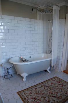 6 kantet gulvflis i kombinasjon med metrofliser på vegg