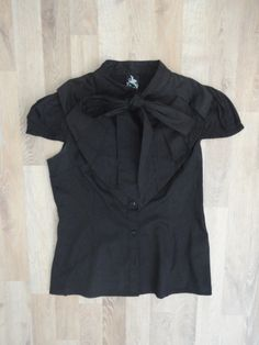 Camisa negra con cuello tableado y lazo para mo~no #OnaSaez #PocoUso #ModaSustentable. Compra esta prenda en www.saveweb.com.ar!