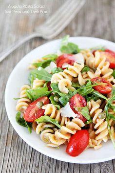Salada de macarrão com rúcula