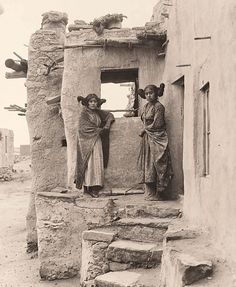 ( Virgin hair style - p. ) Rare photo of 2 Hopi girls by their pueblo style home. Sichomovi, First Mesa, Arizona. Photo by Frederick Monsen. Native American Girls, American Teen, Native American Beauty, Native American Photos, Native American Tribes, Native American History, American Indians, American Quotes, American Symbols