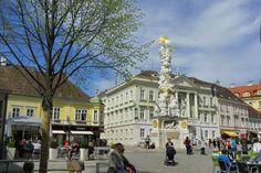 Die Dreifaltigkeitssäule vor dem Rathaus am Hauptplatz Kaiser, Street View, Mansions, House Styles, Bathing, Luxury Houses, Palaces, Mansion, Mansion Houses