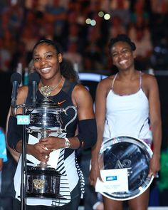"""Que delícia de foto! @serenawilliams fez história hoje ao derrotar na final do aberto da Austrália a própria irmã @venuswilliams e conquistar seu 23º título solo de Grand Slam. Com a vitória a tenista volta ao topo do ranking lugar este que ela disse """"nunca ser solitário quando sua melhor amiga está lá junto com você"""" em referência à Vênus. Serena ainda comentou no seu Insta: """"Que noite para a nossa família!"""". Isso é que é #girlpower...   via GLAMOUR BRASIL MAGAZINE OFFICIAL INSTAGRAM…"""