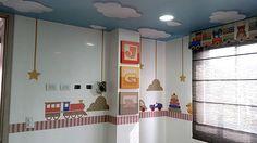 Habitación para niño - Juguetes tradicionales + cuadros con iniciales + cielo nubes