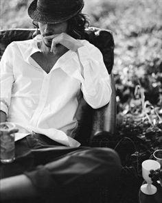 Nice and casual. Photo by Mikkel Vang via Harmoni og Kontrast Bohemian Style Men, Boho Gypsy, Boho Man, Boho Chic, Classic White Shirt, Its A Mans World, Raining Men, Tumblr, Stylish Men