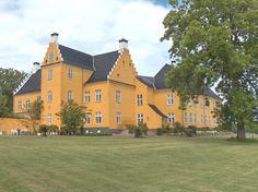 Lykkesholm Slot, Fyn - Lykkesholm er en gammel hovedgård, som nævnes første gang i 1329 og kaldt Magelund, men benævnt Lykkesholm fra 1380. Hovedbygningen er opført i 1600 ved Domenicus Badiaz og ombygget i 1668-1784-1786.