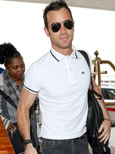 The oh-so-hunky Justin Theroux fittingly rocked classic aviator sunnies on his jet-setting adventures!