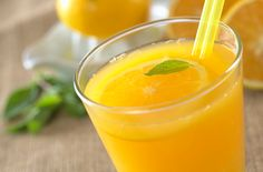Para não ter que recorrer a refrescos com açúcar ou com gás, uma boa opção é preparar águas saborizadas. Você já ouviu falar delas? Confira neste artigo!