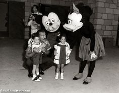 17 Horrifying Vintage Pictures of Disneyland Characters