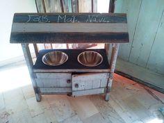 Ταΐστρα σκύλου, φτιαγμένη από ξυλοπαλέτα, με αποθηκευτικό χώρο στο κάτω μέρος, ιδανική και για εξωτερικό χώρο χάρη στο σκέπαστρο για την βροχή.!!! https://www.facebook.com/profile.php?id=100008364338156