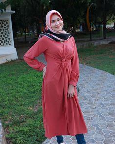 Hijabi Girl, Girl Hijab, Sibu, Hijab Chic, Beautiful Hijab, Hey Girl, India Beauty, Hijab Fashion, Cold Shoulder Dress