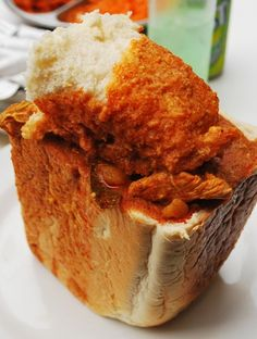 Alternative Spicy Hot Curry in bread loaf called Bunny Chow from Durban in South Africa, alternative Chicken Curry South African Recipes, Indian Food Recipes, Fresh Meat Market, Smoker Trailer, Hottest Curry, Weird Food, Chicken Curry, Curries, Chow Chow