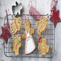 Una receta sencilla para hacer en Navidad, son estas simples galletas de jengibre, que además puedes usarlas para decorar. Ingredientes:  - 2 cucharadas demiel de caña - 60g deazúcar en polvo - 50g demantequilla - 3 cucharadas decrema doble - ½ cucharaditade jengibre molido - ½ cucharadita de canela en polvo - 175gde harinay un poco más para espolvorear - ½ cucharadita debicarbonato de sodio    Preparación:  Calentar la miel de caña, el azúcar y la mantequilla en una cacerola ...