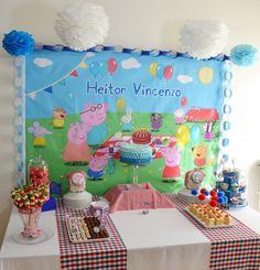 Peppa Pig party!  Un mantel con motivos del cumpleaños, como fondo de de mesa, llena espacios.  CatchMyParty.com!