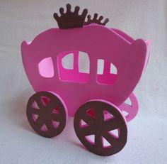 Porta guardanapos em formato da carruagem das princesas produzidos artesanalmente em material EVA. Pode ser utilizado como centro de mesa.