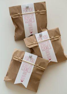 10 façons d'emballer vos biscuits de Noël—Utilisez de simples petits sacs à lunch que vous aurez décorés à votre guise. Une étiquette personnalisée fait toujours un bel effet!