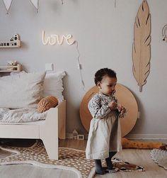 Se lige denne skønne pige på hendes værelse med Hagelens højdemåleren i baggrunden ✨🍂@rosexgrace  #dekoration - #børneværelse #indretning #dreng #pige #baby #inspiration Knitted Cushions, Cushions On Sofa, Pillows, Bolster Pillow, Neck Pillow, Knit Pillow, Kids Room Organization, Kids Decor, Home Decor