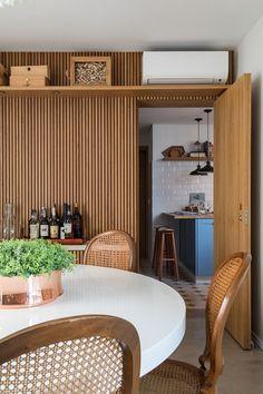 Madeira e tons claros compõem apartamento atemporal (Foto: Evelyn Muller) Home Interior, Interior Styling, Interior Architecture, Interior Decorating, Interior Design, Patio Table, Dining Room Table, Dining Rooms, Dinner Room