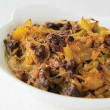 Kålpudding är äkta husmanskost! Smörstekt vitkål blandas med valfri färs och tillagas i ugnen med en sås av skyn från köttet, mums! Här är receptet.