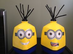 More minion faces made out of empty milk gallons. Use acrylic paint, print some eyes and use pipe cleaners as hair. Ta daaaaa!