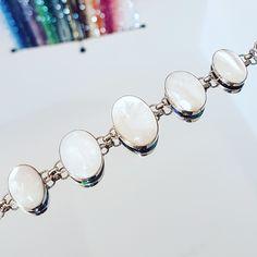 Bracelet en argent avec d'un côté de la Nacre blanche et de l'autre de la Nacre Abalone. Swarovski, Creations, Beaded Bracelets, Charmed, Jewelry, Fashion, Mother Of Pearls, Unique Jewelry, Silver