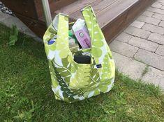 Denna månad tänkte jag slå flera flugor i samma smäll. Monthly makers har tema ÅTERBRUK och då tänkte jag göra en liten beskrivning hur jag syr mina tygkassar som håller för många paket mjölk och f… Home Crafts, Diy And Crafts, Textiles, Quilted Bag, Burberry Handbags, Diy Projects To Try, Needle And Thread, Cool Things To Make, Sewing Crafts