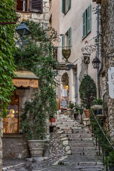 From Saint-Émilion to Rocamadour, these quintessential small towns are pristine thanks to their isolation—and a delight for any traveler with a set of wheels Village Photography, Mountain Photography, Travel Photography, Architectural Digest, Travel Aesthetic, City Aesthetic, Aesthetic Light, Aesthetic Videos, Saint Emilion