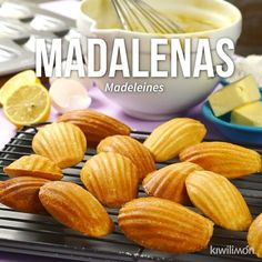 Madalenas Deliciosas y esponjositas madalenas; un pan dulce al que nadie se podrá resistir. Acompáñalas con un vaso de leche o un café. Mexican Food Recipes, Sweet Recipes, Cookie Recipes, Dessert Recipes, Easter Recipes, Vegetarian Recipes, Tasty Videos, Food Videos, Videos Video