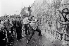 hier word de Berlijnse muur kapot gemaakt op de dag van de val van de Berlijnse muur