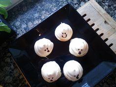Halloweenin valkosuklaiset Kummitussuukot (White chocolate meringue ghosts for Halloween) Chocolate Meringue, White Chocolate, Ghosts, About Me Blog, Halloween, Breakfast, Recipes, Pictures, Food