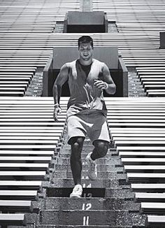 Pelados no futebol americano-naked in American Football: Tim Tebow Tim Tebow, Workout Pics, Stairs Workout, Nfl, Gq Magazine, Cute Celebrities, Nike Flyknit, Florida Gators, American Football